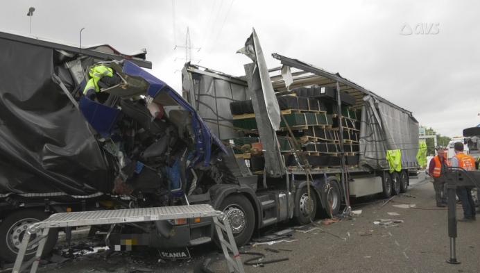 Dodelijk slachtoffer en zwaargewonde na reeks ongevallen E17